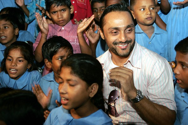 """Indian actor Rahul Bose meets India's underprivileged children during a special screening of his film """"Jhankaar Beats"""" in Kolkata"""